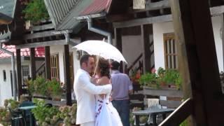 Жених видит невесту в свадебном платье. Румыния.