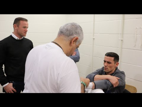 WAYNE ROONEY COMES TO SEE ANTHONY CROLLA BEFORE LINARES FIGHT - DISCUSS MAN UTD 4-1 OVER LEICESTER