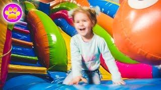 Sala zabaw dla małych dzieci . Dzieci w kulkach Indoor Playground Fun, Slide,Plastic Balls