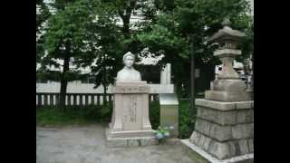 千束稲荷神社での祭りの準備、お囃子、樋口一葉の胸像。2012年5月25日午...
