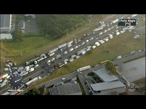 Caminhoneiros rejeitam validade de acordo com governo e mantêm greve | SBT Notícias (25/05/18)