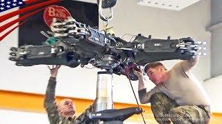 AH-64Dアパッチのメインローターヘッド取り付け作業