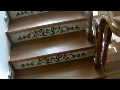Красивая деревянная лестница в дом .