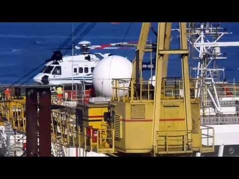 Super Puma decolando do flotel acoplado na Plataforma de Mexilhão