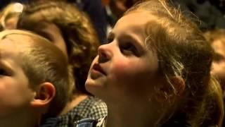 video uit Wanneer de dagen korter worden, je buiten wolkjes blaast en overal lichtjes hangen…. is het tijd voor een warme wintervertelling! Onlangs was Sigrid Keunen, altvioliste en performer, te gast in Cinema Walburg. Sigrid Keunen, met Hamont-Achelse roots, verwerkte drie verhalen in een verrassende muzikale voorstelling, met een happy end dat klinkt als muziek in de oren.