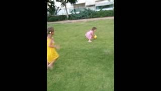 Папа с дочьками играет в футбол