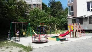 Обзор территории жилого комплекса Эдем в Сочи: парковка беседка мангал детская спортивная площадки