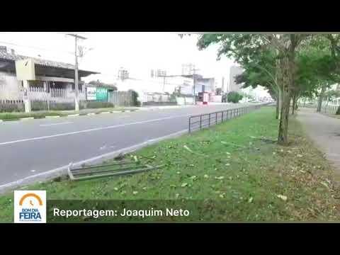 Veículo invade canteiro central na avenida Getúlio Vargas