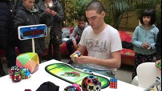 Rubik's cube : démonstration d'un «speedcuber» à la médiathèque de Pau