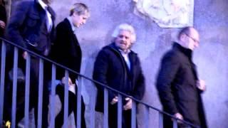 #Grillo lascia il #Campidoglio dopo 3 ore senza rispondere ai cronisti. #Raggi