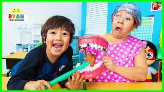 �������� ���� Ryan Pretend Play School Learn how to brush Teeth!!! ������