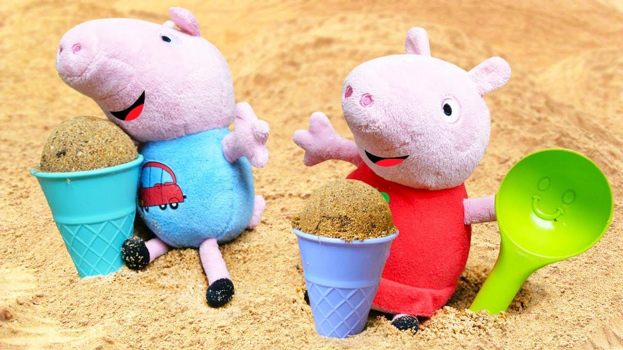 Peppa y George hacen helados en la caja de arena. Juguetes de peluche. Juegos con arena