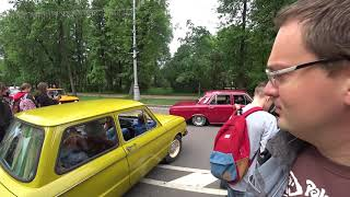 Смотреть видео Выставка ретро автомобилей - старинные машины, Золотой пруд, парк Сокольники, Москва, Россия онлайн