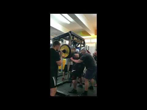 Petr Petráš z tréninku. 400 kg dřep, 370 kg mrtvola