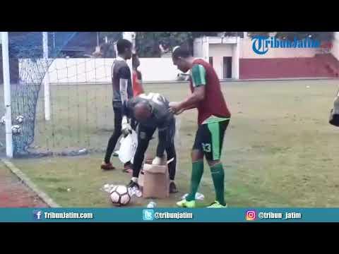 Aksi Pedro Henrique Cortes Oliveira Gois Latihan Bersama Persebaya