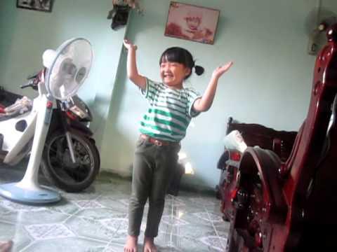 Lisa Hoàng Nhi múa bài Hoa đẹp Chăm pa tự biên tại nhà Nội