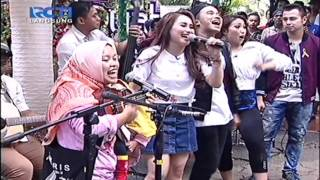 Video Ayu Ting Ting feat. Ibu Sri Sambalado Akustik [Dahsyat 15 Februari 2016] download MP3, 3GP, MP4, WEBM, AVI, FLV Oktober 2017