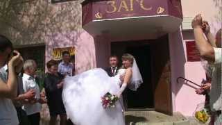 Жених и невеста шокируют гостей прямо у ЗАГС.