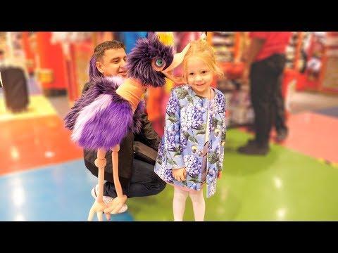 Настя и папа в магазине игрушек в Лондоне