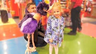 Настя і тато в магазині іграшок в Лондоні