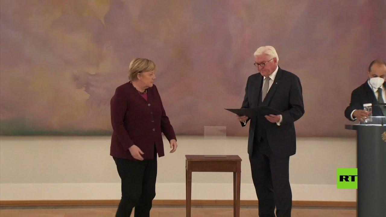 الرئيس الألماني يسلم ميركل ووزراءها وثائق إتمام ولاياتهم  - نشر قبل 9 ساعة