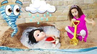 Valentina finge brincar de salvar a boneca na areia