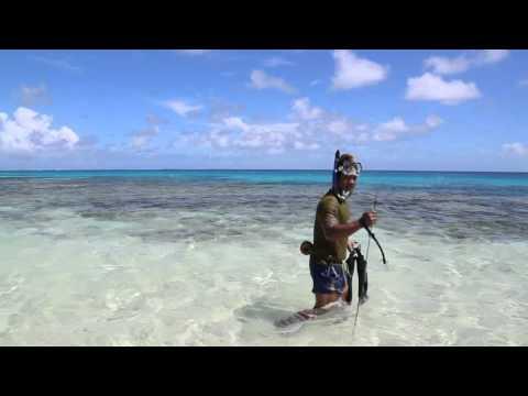 Tuvalu Funafuti Pêcheur à la lance / Tuvalu Funafuti Fish man with harpoon