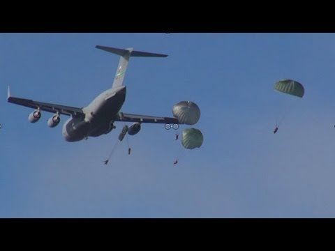 MUST SEE! U.S. Army 25th Infantry Division 400 soldier parajump exercise!