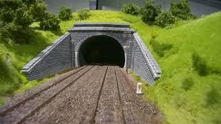 Modellbundesbahn in Brakel: Modelleisenbahn-Führerstandsmitfahrt über die Spur H0 Anlage von Pennula