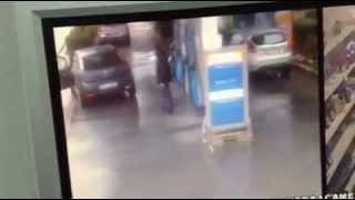 Auto senza freno a mano dal benzinaio finisce in strada