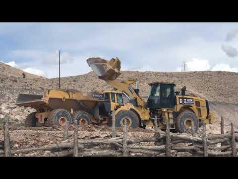CAT 972M轮式装载机和沃尔沃A40G岩石卡车在斯隆,内华达州
