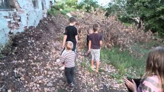 АТО и ДЕТИ 24 Дети играют в войну, бросают гранаты и уходят на партизанскую базу