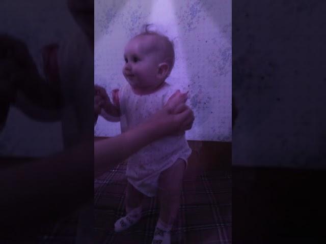 Малышка танцует под песню Hammali