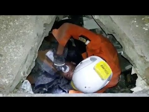 Man rescued from rubble in Palu, Sulawesi