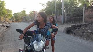 Monica y Nallely regresaron, Habrán caido?. Clases para conducir una motocicleta.Parte 2/3
