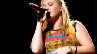 Kelly Clarkson covering Rihanna