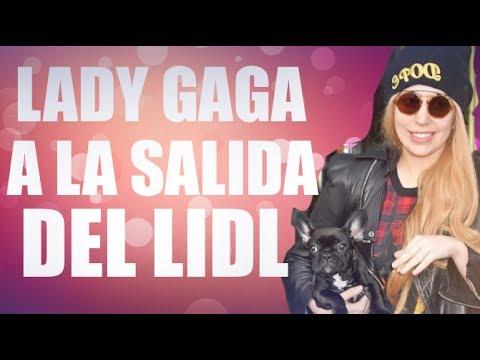 Lady Gaga con sus fans a la salida del Lidl