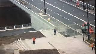 Омичи уже гуляют по Юбилейному мосту и мусорят