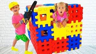 बिल्डिंग ब्लॉक टॉय के साथ डियेना खेलने की कल्पना करती हैं