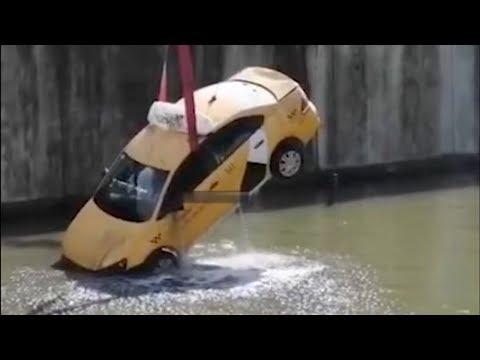 Яндекс такси в Москве упало в реку
