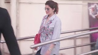 Akshay Kumar's Gorgeous Wife Twinkle Khanna Spotted At Juhu PVR | Latest Bollywood News
