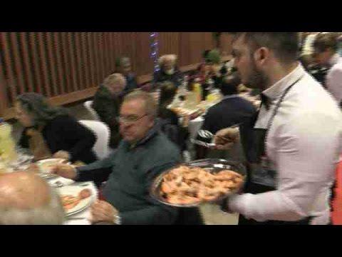 Mensajeros de la Paz celebra la cena de Nochebuena con 200 sintecho de madrid