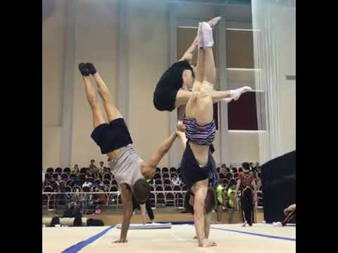 Acrobats Perform Amazing Synchronized Handstand Pyramid Routine - 1040956