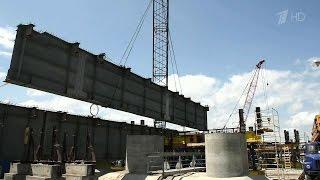 Строители начали монтировать пролетные строения автомобильного моста через Керченский пролив.