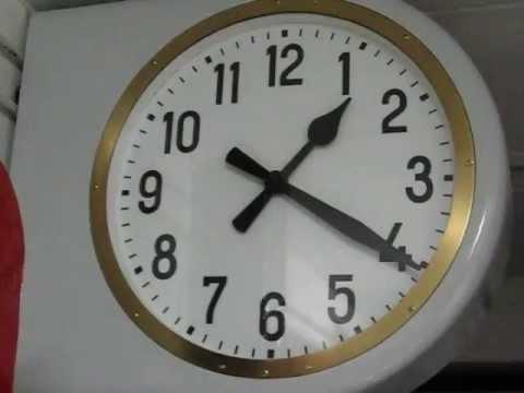Rimessa all 39 ora di un orologio bifacciale solari fs da for Orologio da stazione