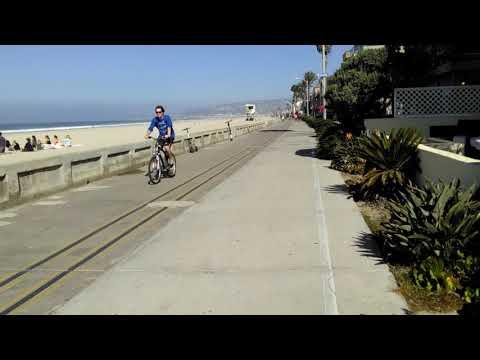 Midmorning stroll along the Pacific Beach boardwalk in San Diego