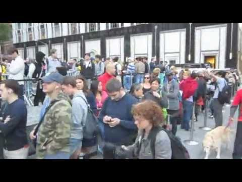 Walking Apple's iPhone 5 line in NYC