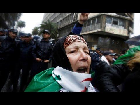مئات المحامين الجزائريين يتظاهرون لمطالبة بوتفليقة بالاستقالة الفورية…  - 13:54-2019 / 3 / 23