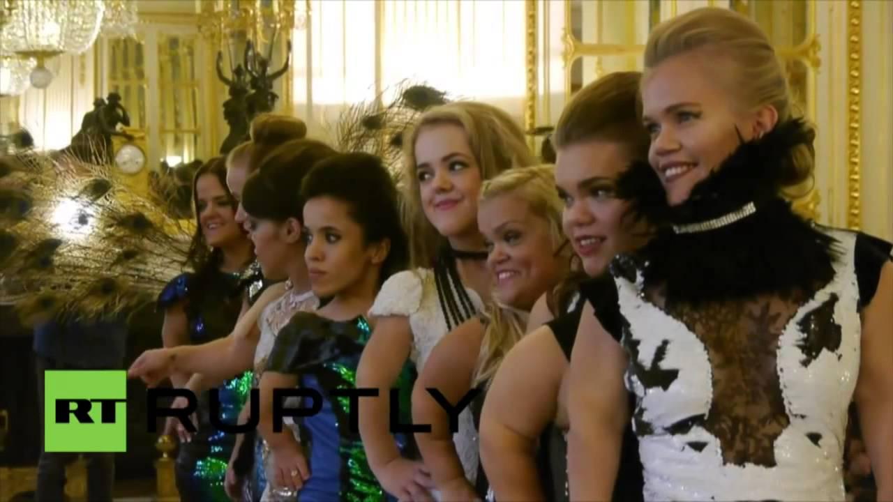 Des Naines Ont Pr Sent Une Collection Originale Lors De La Semaine De La Mode Paris Youtube