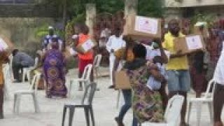 Nigeria's Red Cross distributes food aid during lockdown